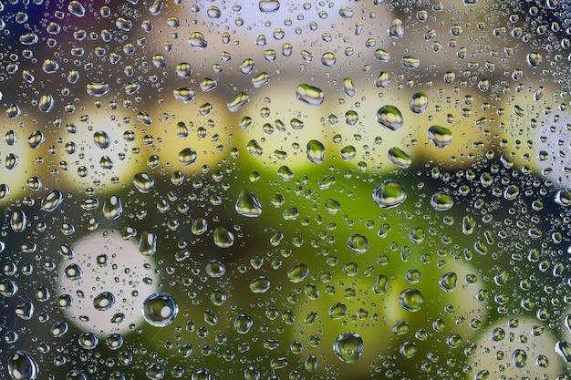 Regendruppels op glas met een mooie achtergrond