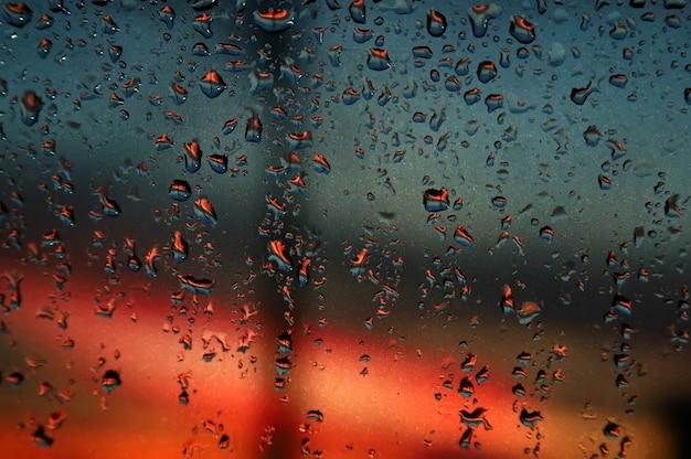 Regendruppels op het glas