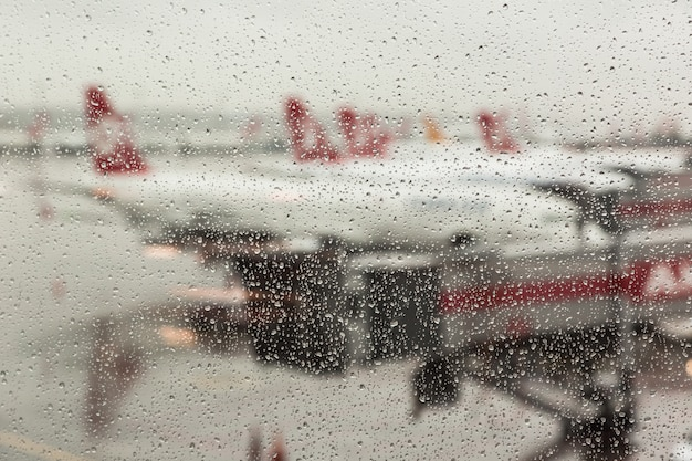 Regendruppels op het vliegveldvenster