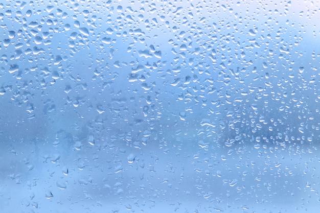 Regendruppels op schoon vensterglas