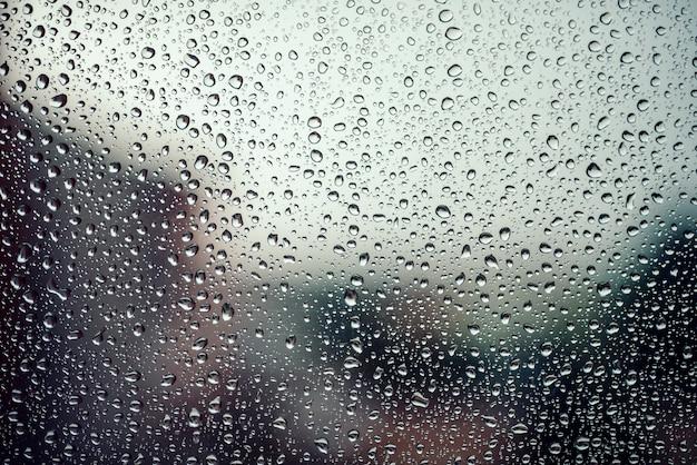 Regendruppels op venster