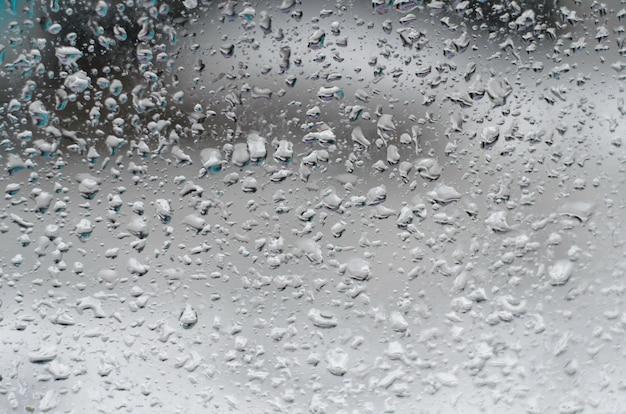 Regendruppels op vensterglas