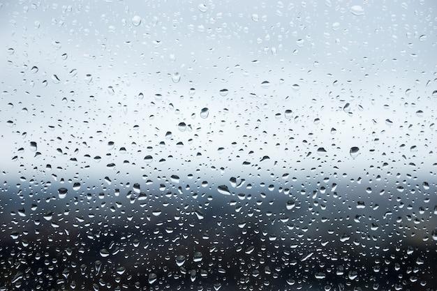 Regendruppels parelden op een ruit