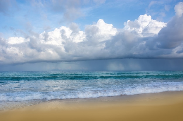 Regent in de zee en komt op het strand