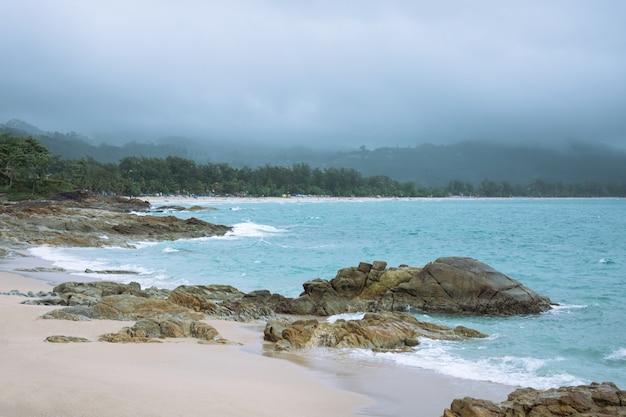 Regent in de zee en komt op het strand.