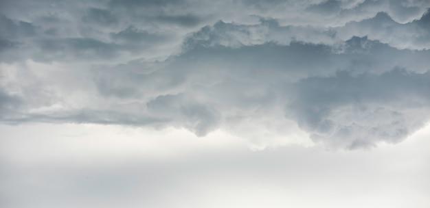 Regenwolken achtergrond. wolken worden donkergrijs als een grote rook voor regen