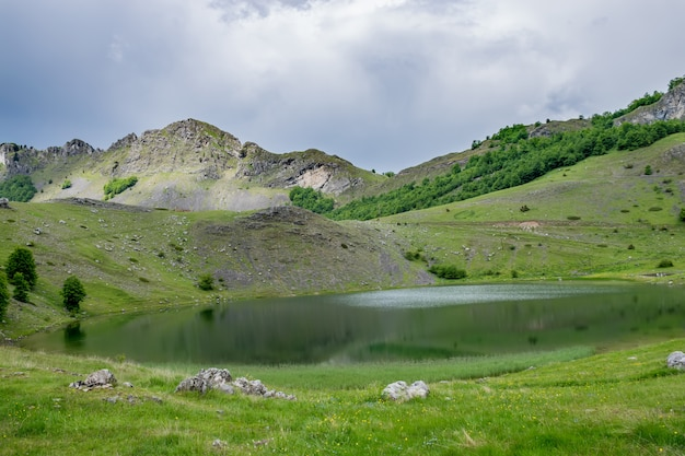 Regenwolken naderen het bergmeer.