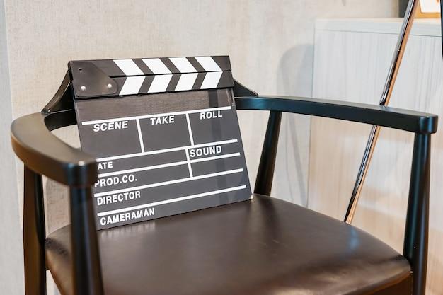 Regisseur, film klepel en megafoon in het volumetrische licht