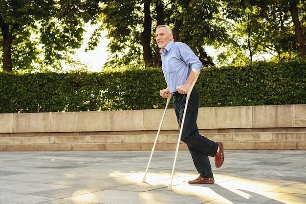 Rehabilitatie voor gehandicapte man buiten