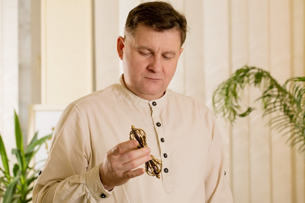 Reiki master healer werkt met vajra