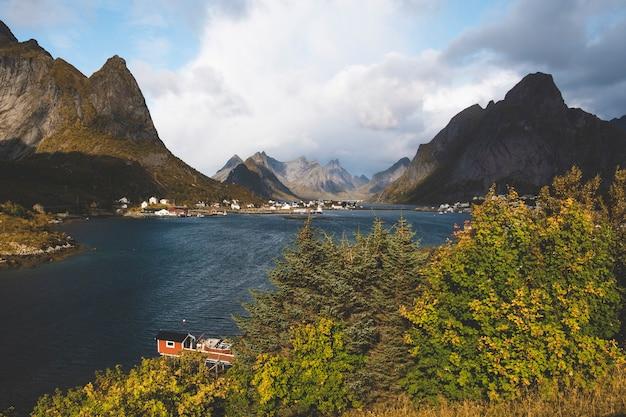 Reine stad noorwegen lofoten in kleurrijke herfstdag