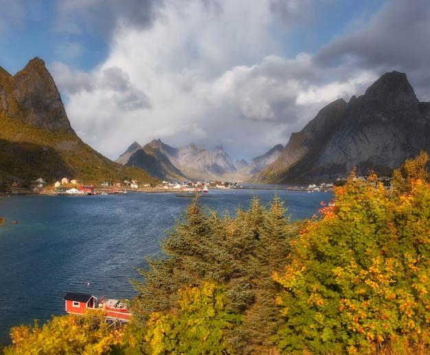 Reine stad noorwegen lofoten in zonnige herfstdag met gele bladeren
