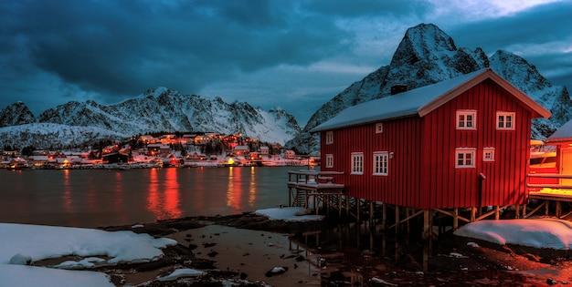 Reine vissersdorp op lofoten eilanden in de winter met sneeuw