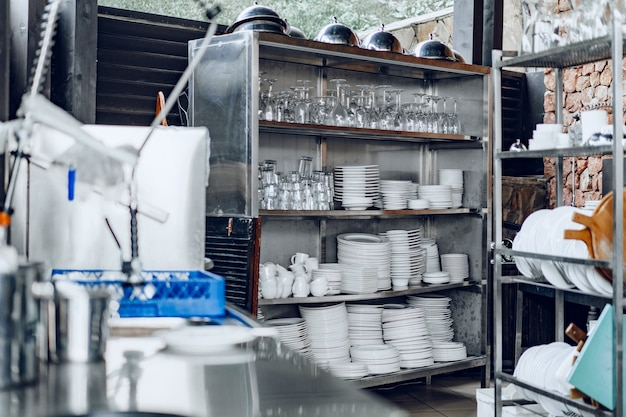 Reinig de buitenkeuken vol met gerechten
