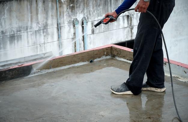 Reinig de cementvloer met een hogedrukreiniger dekvloer crack