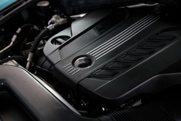 Reinig de motor in de auto na de detaillering