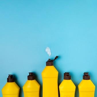 Reiniging concept met gele wasmiddel flessen
