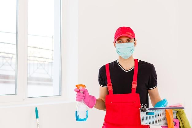 Reiniging en desinfectie bij stadscomplex te midden van de coronavirusepidemie. professionele teams voor desinfectie-inspanningen. infectiepreventie en bestrijding van epidemieën. beschermend pak en masker