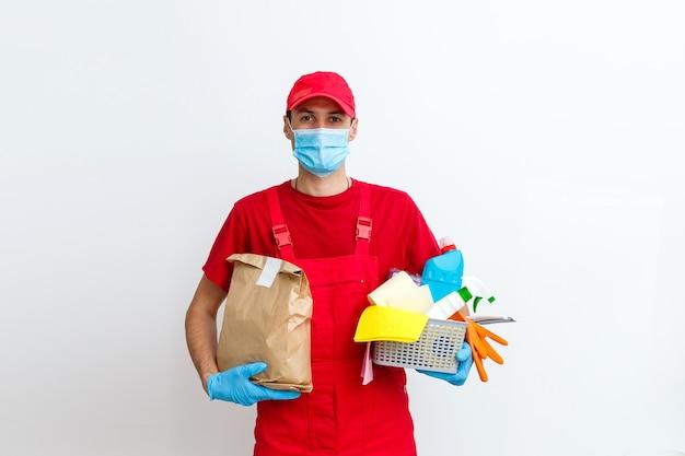 Reiniging en desinfectie bij stadscomplex te midden van de coronavirusepidemie. professionele teams voor desinfectie-inspanningen. infectiepreventie en bestrijding van epidemieën. beschermende handschoenen en masker