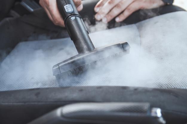 Reiniging en desinfectie door stoom van het auto-interieur