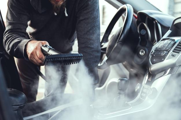 Reiniging en desinfectie door stoom van het interieur van de auto