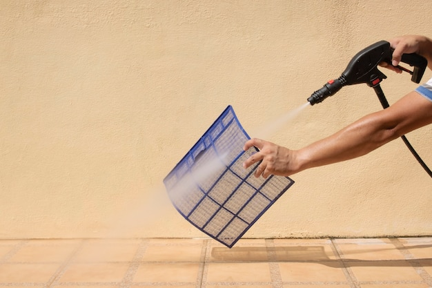 Reiniging filter verse airconditioning met waterpomp