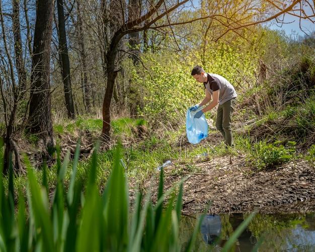 Reiniging van bossen en parken tegen vuilnis, inzameling en sortering van afval, milieuhulp