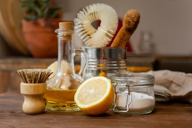 Reinigingsborstels en citroenen arrangement