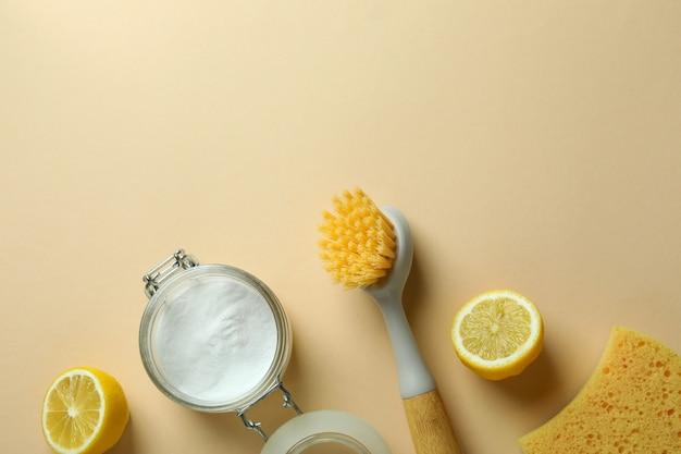 Reinigingsconcept met milieuvriendelijke schoonmaakmiddelen op beige geïsoleerde achtergrond