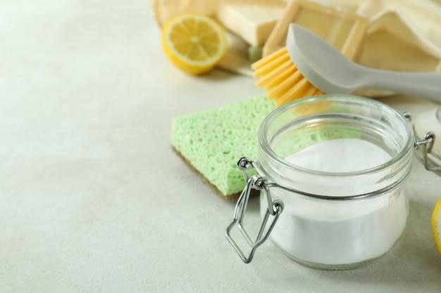 Reinigingsconcept met milieuvriendelijke schoonmakende hulpmiddelen op witte geweven lijst