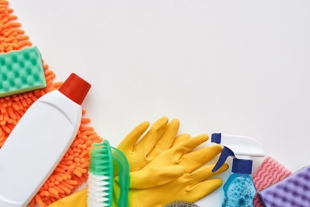 Reinigingsgereedschap spuitfles en andere items geïsoleerd
