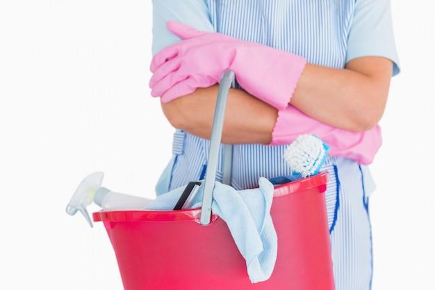 Reinigingsmachine die een roze emmer houdt