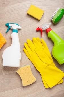 Reinigingsmiddelen huishoudelijke chemicaliën sproeiborstel spons handschoen