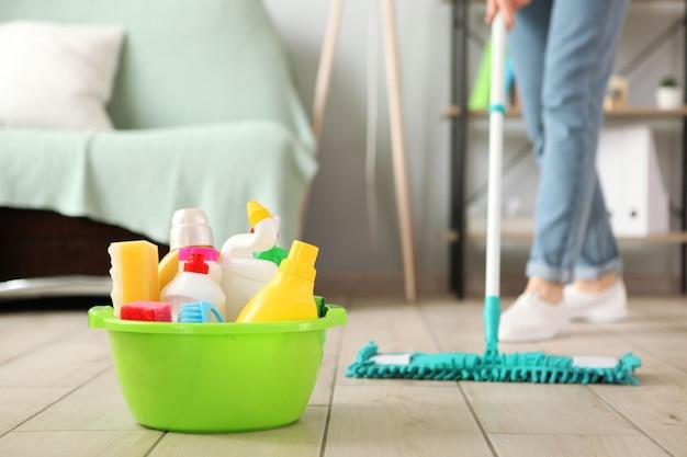 Reinigingsproducten in het interieur van de kamer