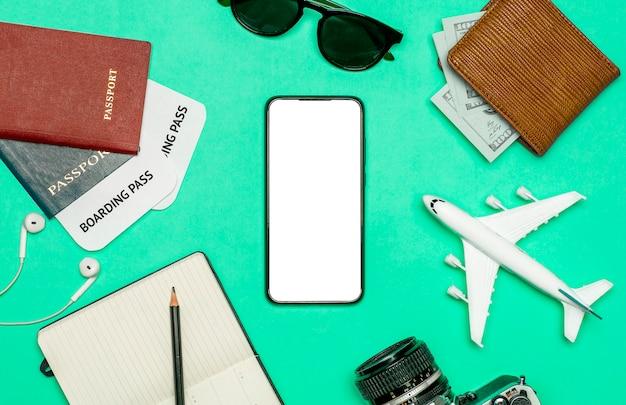 Reis-apps voor smartphone-concept. smartphone met leeg scherm op kleur reizen achtergrond. reis- en toeristische apps