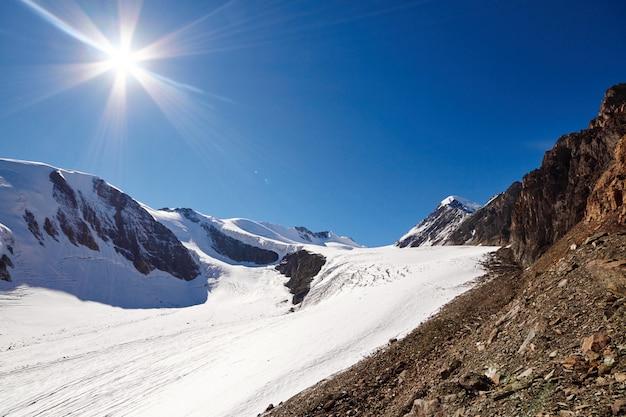 Reis door het altai-gebergte naar aktru. wandelen naar besneeuwde toppen van de altai-bergen. overleving