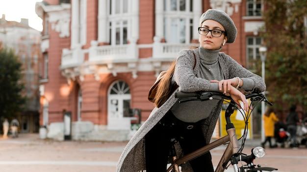 Reis door het stadsleven met de fiets en rust op het stuur