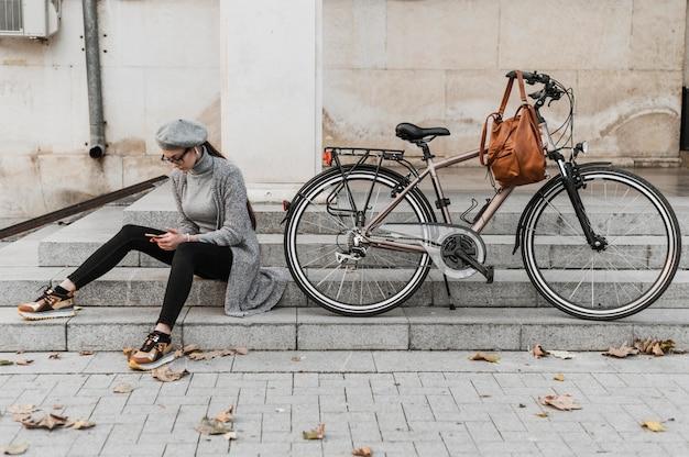 Reis door het stadsleven met een afstandsschot van de fiets