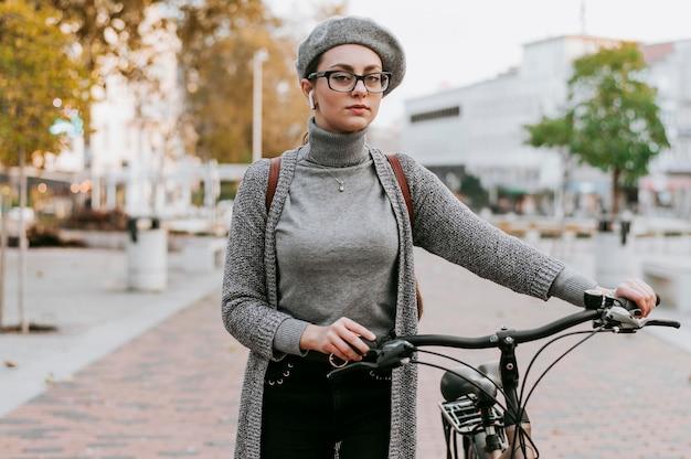 Reis door het stadsleven met het vooraanzicht van de fiets