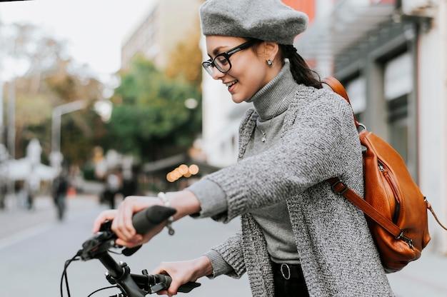 Reis door het stadsleven met het zijaanzicht van de fiets