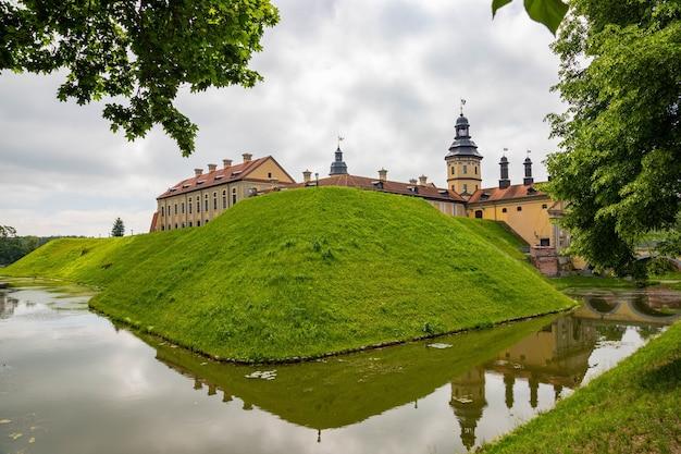 Reis- en toeristische bestemmingsconcepten. het beroemde kasteel van nesvizh als een diep voorbeeld van het middeleeuwse erfgoed en de residentie van de familie radziwill.