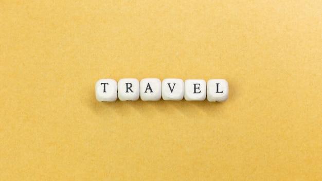 Reis houten kubus dicht omhoog beeld voor reisinhoud.