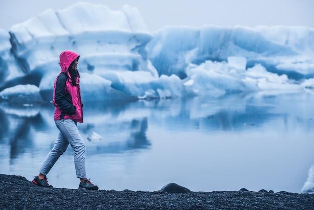 Reis in de ijzige lagune van jokulsarlon in ijsland.