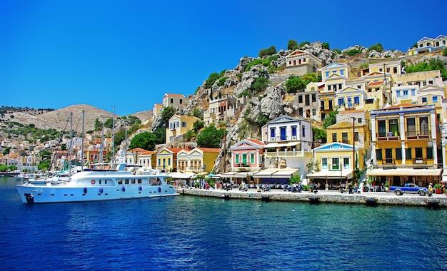 Reis in griekenland - het kleurrijke eiland simi (symi) in de buurt van rhodos, dodekanesos