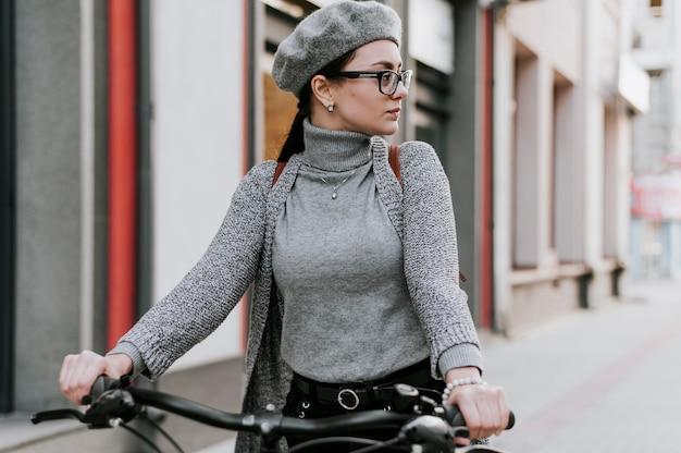Reis in het stadsleven met fietsvrouw wegkijkend