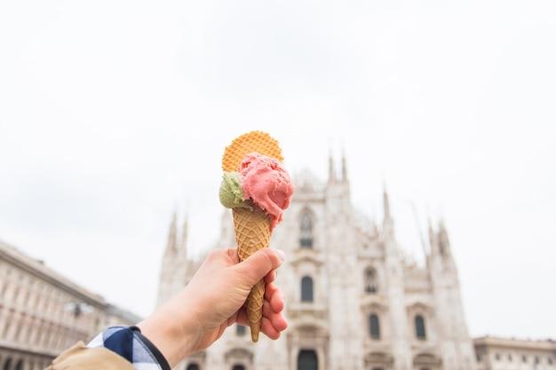 Reis, italië en vakantieconcept - roomijs voor de dom van milaan duomo.
