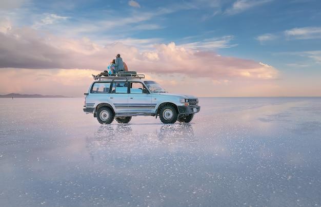 Reis naar de zoutvlakte van uyuni bij zonsondergang altiplano bolivia zuid-amerika