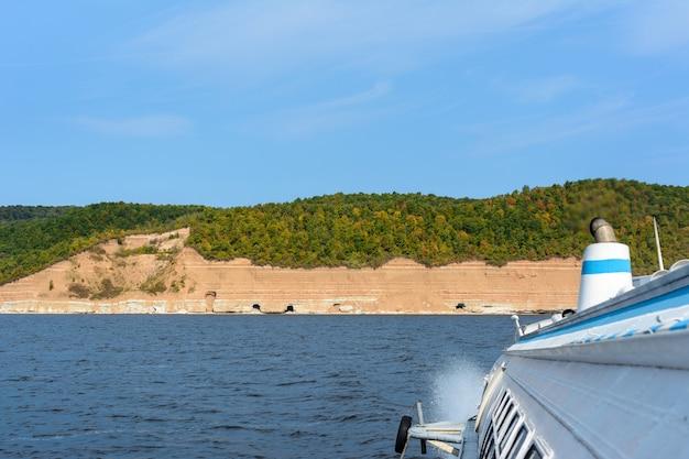 Reis op het rivierpassagiersdraagvleugelbootmotorschip van project 342e
