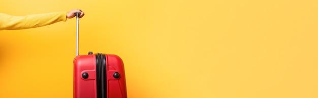 Reis rode koffer en overhandig geel