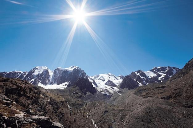 Reis te voet door de bergdalen.